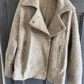 Sælger min Ganni jakke str. xs. Er gået lidt i stykker nogle steder i foret indvendigt, men det kan sagtens syes.