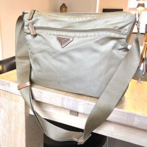 Prada taske   Super fin stand Tasken er ikke misfarvet, men lidt beskidt.  Dustbag medfølger   33x26x7 cm