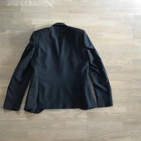 Selected habit jakke str. S. Kun brugt få gange - er som ny. Ærme længde 69 cm (kan lægges 5 cm op) Skulder bredde 44 cm Jakke længde 74 cm Pris eksl. porto