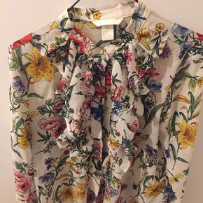 Super flot skjorte med blomster fra h&m str. 38.