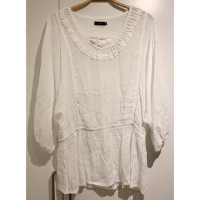Smuk hvid bluse fra Minus ⚪️   - str. 44 / XL - brugt, men i pæn stand - fine detaljer   Se også mine andre fine annoncer. Sælger billigt ud og giver gerne mængderabat 🌟