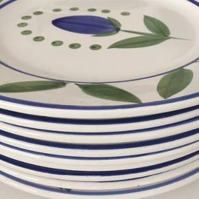 Flotte tallerkner med 9 stk. flade tallerkner, og 8 dybe i flotte blå og grønne farver. 17 stk. Sælges samlet. Italiensk/spansk stil. I god stand.