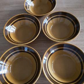 Fem retro skåle lavet i England. Kilncraft/Kiln craft suppeskåle er lavet af ironstone som var populært i England i 70erne. Diameter 17cm øverst og 5 cm høje  Produceret af Staffordshire potteries ltd.  Samlet pris  Se også mine andre annoncer Sender gerne