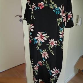 Brand: Nanna xl Varetype: kjole Størrelse: M Farve: se billed  Mp. 175 kr.