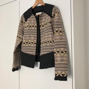 Fineste jakke med mønster fra DAY 🥰 Nypris 2300,- Sælges da jeg ikke får den brugt ☺️