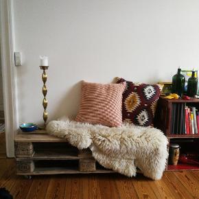 Pallen fungerer perfekt som et bord eller en lille bænk. Længde: 120 cm Bredde: 47 cm Højde: 37 cm  Bud modtages gerne.