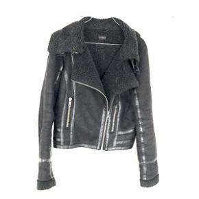 Topshop jakke str.L (fungerer rigtig godt som oversized til M) Der er et hul i armhulen, så den sælges billigt, men dette kan nemt fikset