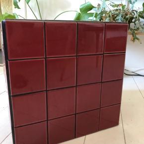 Smuk bordeaux kube i størrelse 40x40x40.  Kan eksempelvis bruges som bord eller til pynt/anden opbevaring.   Skal hentes på Nørrebro.