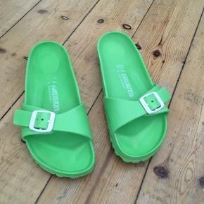 Sandaler i plast fra Birkenstock. Været på en gang - har derfor skrevet standen som ny.   Sælger også andre sko/sandaler i samme str samt masser af lækkert tøj - nyt og lettere brugt