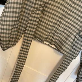 """• blusen er en """"sample"""" så den er aldrig kommet i butikkerne  • aldrig brugt, så fejler dermed intet  • prøver ikke tøjet på da jeg ikke har tiden til at gå og prøve alt og noget kan jeg ikke længere passe"""