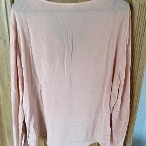 Pæn feminin bluse. Skriv pb for mere info OBS! Køber betaler fragt