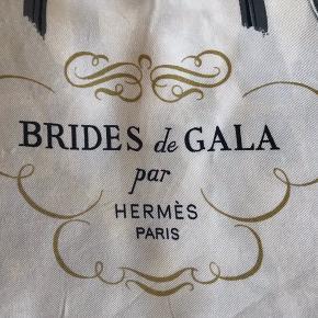 Beautiful Hermès scarf size 90 x90 cm brides de gala par Hermès Paris. Used has two marks refer the two closeup pictures.