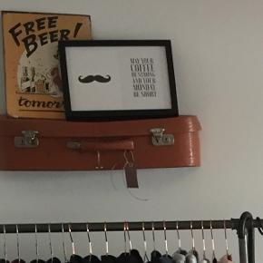 Flot gammel kuffert, der er lavet til en hylde eller/og med opbevarings plads i.  L: 60 cm H: 15 cm D: 16 cm