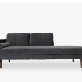 Flot chaiselong sofa i mørkegrå velour fra Broste Copenhagen. Kun 1 år gammel og god som ny, uden nogen former for slid.   Mål:  W: 88 L: 200 H: 74 SH: 44