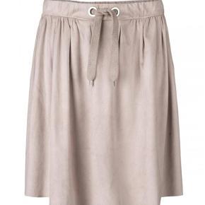Varetype: nederdel Farve: Hudfarve Oprindelig købspris: 750 kr.  Super fin hudfarvet nederdel Mads Nørgaard i modellen SAMBALLA. Nederdelen er med elastik i taljen og har en fin detalje med pyntesnører foran. Den er i en lækker blød kvalitet med en belægning på overfladen, som giver den et flot look.  Materiale: 90 polyester og 10% spandex.  Vaskeanvisning: maskinvaskes ved 30 grader.