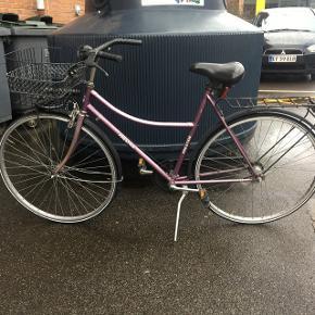HÅNDVÆRKERTILBUD En fin ældre lilla cykel som trænger til en kærlig hånd. De to dæk er begge punkterede, og der er nogle rustpletter rundt omkring. Kom gerne og tag et kig på den :)