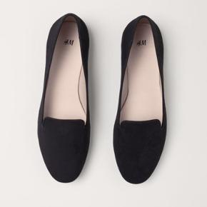 Sælger disse populære ballerinasko/loafers fra h&m, da de er for små til mig. De har aldrig været brugte, derfor er prisen også derefter. Np. 100kr  Kan sendes på købers egen regning. -realistiske bud modtages gerne 🌸