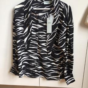 Fin skjorte fra Moves. Aldrig brugt og stadig med prismærke. Np: 450,- BYD!🧡