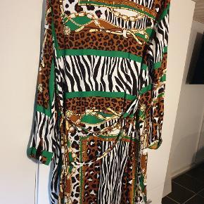 Super flot kjole /skjortekjole i friske sommerfarver.  Kun Prøvet på.. helt ny.