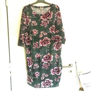 H&M mørk grøn blomstret kjole str XL. Længde 103 cm og bm 2x 53 cm . Matr 95% bomuld og 5 % elastan