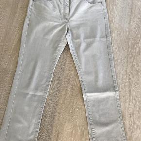 Brand: Jensen Women Slim Varetype: Buks, som ny Størrelse: 44 Farve: Sand Oprindelig købspris: 600 kr.  75% cotton, 21 polyester, 4 elasthan. Indvendig benlængde 74 cm. Liv 47-49 cm.