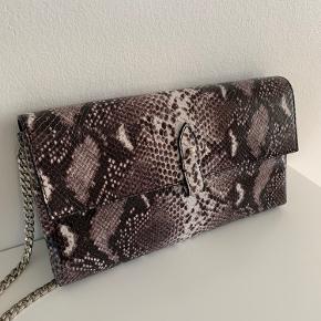 Helt ny taske med snakeprint og sølvkæde. Den måler 15x28cm
