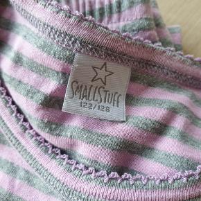 Pyjamas fra SmallStuff i str. 122/128 med lange ærmer og lange ben.  Sender gerne.
