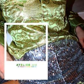 - BENYT 'KØB NU' FUNKTIONEN, VED KØB -  Lysegrøn bluse med guldfarvet orientalsk mønster i tykt stof. Blusen har opsmøget ærmer, små slider i siden og lette skulderpuder. Den har en dekorativ knappelukning, som det er muligt at knappe fuldstændig op.  ○ Mærke: Ukendt - intet indvendigt mærke ○ Størrelse: Ukendt - intet indvendigt mærke - Ærmelængde: 59 centimeter  - Skulderbredde: 43 centimeter  - Brystmål: 48 centimeter - Taljemål: 45 centimeter  - Længde: 72 centimeter  ○ Fit: Tætsiddende pasform. Størrelsen er cirka omkring en str. XS-S (se mål)  ○ Stand: Næsten som ny ○ Fejl/Mangler: Ikke umiddelbart ○ Materiale: Ukendt - intet indvendigt mærke