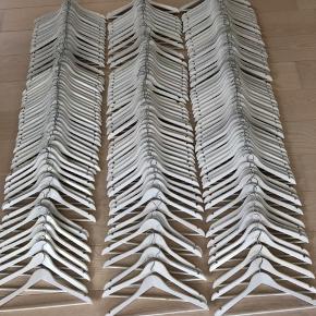 135 stk. hvide træbøjler. Trænger din garderobe til en opgradering, har du mulighed for at hente disse fine bøjler i Birkerød.