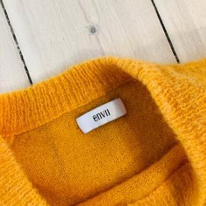 Gul/orange sweater fra Envii, som er blevet brugt maks 5 gange - perfekt til det kommende snevejr. 🤞🏼💛