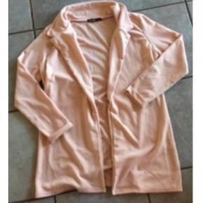 Den skønneste og blødeste sweat cardigan fra Boohoo  I flot rosa farve Ingen knapper eller lign., så skal bruges åben Ligner lidt en løs habitjakke, men er i blødt sweat stof Næsten som ny, brugt en gang, fejler intet. Nypris 300  Kan sendes med DAO for 38.   Se også mine andre annoncer. Sælger billigt ud, og giver gerne mængderabat :) Befinder sig i Ikast