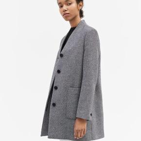 Model: Lara Coat (jakke) Str.: S Nypris: 3.900,- DKK  Brugt en håndfuld gange.  BYTTER IKKE!  Bud er bindende, og jeg giver rabat ved køb af flere ting.  Har flere ting fra bl.a Totême, Lovechild, Cos, Ganni & Céline
