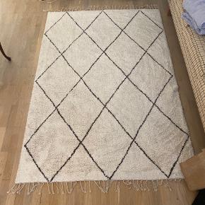 Sælger dette fine tæppe. Lille plet ses på billede to, ved ikke om det kan gå af. Min mp er 300