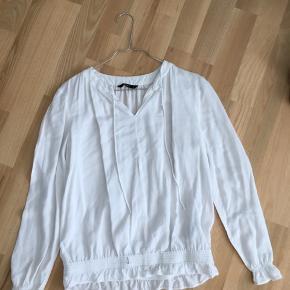 Lækker skjortebluse fra ONLY i str. S. Kan afhentes i Mørkhøj eller sendes med DAO for 38 kr. 🌻