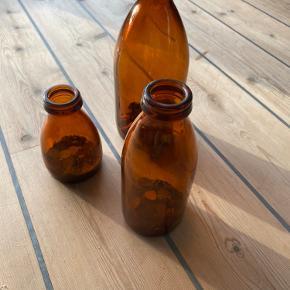 3 retroflasker med gamle mønter i (kan sælges samlet eller hver for sig)  Bor i Grenå (kan evt.  tages med til Århus)