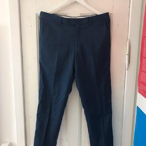 Blå bukser fra Samsøe & Samsøe. Sælger da bukserne er for små. Derfor er de aldrig blevet brugt. Sig endelig til hvis der er nogen spørgsmål :) Str. 48 svarer til en Medium.