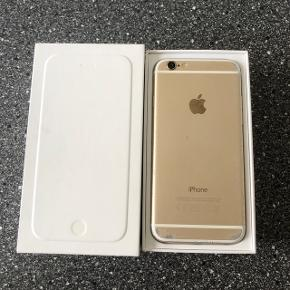 """Sælger denne IPhone 6 16GB i farven silver/hvid.  Den virker helt som den skal, pånær fingertouch og """"lydstyrke ned"""" knappen som er defekt .  Derudover har den ÉN revne i skærmen samt en lille revne i kamerat (påvirker ikke billedkvaliteten!). Og bagpå er den ved at være lidt slidt, men kun kosmetisk ingen buler eller andet.   Der medfølger original emballage/kasse samt coveret på det sidste billede.   Fast pris. Skriv ved interesse.   Kan afhentes i Holstebro eller sendes på købers regning. Kan leveres i Holstebro/Herning omegn for lille merpris."""