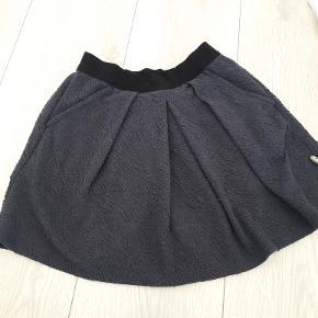 støvet mørkeblå nederdel fra Pompdelux str 134