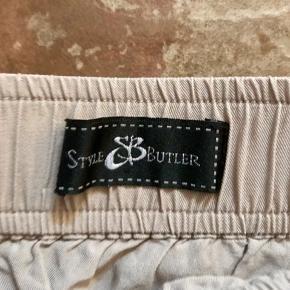 Lækker nederdel med bindebånd og sort slids ned langs siderne. Den trænger til at blive dampet efter at have ligget i mit skab liiidt for længe. Den er skøn at have på om sommeren  og er virkelig flot med evt. en gennemsigtig sort bluse eller blød skjorte 👍🏻  Se også alle mine andre annoncer 💃  Byd!