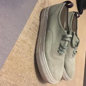 Brand: Eytys Varetype: Sneakers Farve: Grålig Oprindelig købspris: 1300 kr.  Eytys suede sneaker (ruskind) Køber betaler fragt! Cond. 6/10 Fitter en normal 40 Skoen er ikke brugt særligt meget. Der er ingen huller eller pletter.
