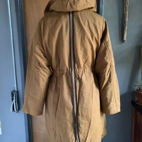 Great fall anorak from the H&M Trend department. Removable faux fur lining as shown in the photos, adjustable waist and bottom with string and toggles. Fits 36-38.