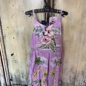 Varetype: Kjole Størrelse: 10 Farve: Lilla  Smuk kjole med bar ryg med fine detaljer. 75 pp dvs 37 med dao. Bytter ikke