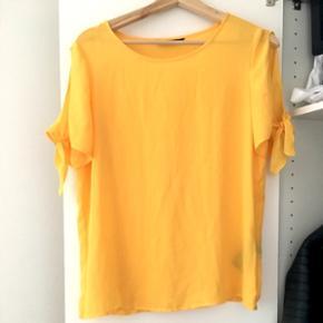 Gul t-shirt fra only. Den er aldrig brugt og købt for 180kr. Mp: 70kr