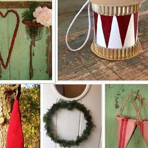 """Varetype: Julepynt Størrelse: - Farve: Gylden,      Bordeaux,      Sand,      Røde  Den fineste nostalgiske julepynt, alt håndlavet af natur- og genbrugsmaterialer.  Hjertekranse af tørrede hyben, kan bruges år efter år. Stor 40kr , lille 30.  Trommer, håndlavede af genbrugsmaterialer. 5 cm høj, med snor til at hænge på juletræet eller grene. 2 stk for 40kr.  Små kræmmerhuse syet af vintage olmerdug. 20 kr pr stk.  Hyldeborter laves på bestilling. Sælges i længder af 30 cm, 7 cm høj. 25kr pr. længde.  Nissehuer i lækker varm uldfilt med lille snip i toppen til ophæng. Huen holder sig """"stående"""" på hovedet og falder ikke ned- som på rigtige små skovnisser. Passer til hovedmål 50-54 cm. 70 kr.  Hjertekranse  kan ikke sendes men kan afhentes efter aftale i Albertslund, Næstved eller København."""
