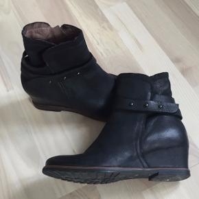 """Kort, sort støvle med """"indbygget"""" kilehæl. Lynlås på inderside. Brugt 2 gange indendørs."""