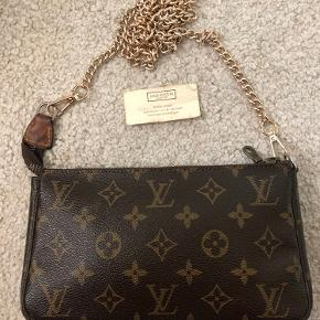 Louis Vuitton Pochette Acc. I monogram.  Alt på billedet medfølger. LYNLÅS er ikke lv da hele stykket er udskiftet . Kæden er ik lv  Taske er 100 % ægte