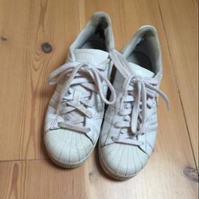 Adidas superstar hvide - str 36. I fin stand - hul i hælen indeni. Byd gerne! 👟☺