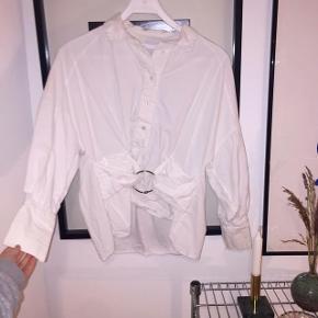 Smuk hvid skjorte med metalring-detalje ✨✨✨