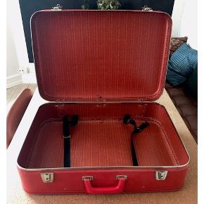 Retro kuffert i rød. Perfekt til opbevaring