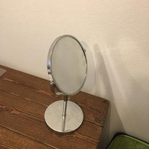 Sælger dette fine spejl. Der er 2 sider af spejlet hvor den ene side er forstørret og det andet glas er normalt. Fejler intet